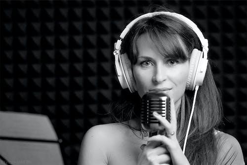Darmowe zdjęcie z galerii z dziewczyna, mikrofon, nagrywanie dźwięku, piosenka