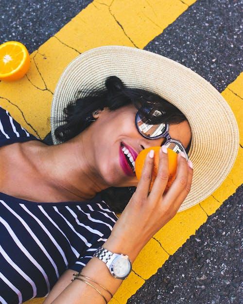 Foto profissional grátis de alegre, bonita, chapéu de praia, close
