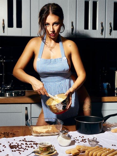 Darmowe zdjęcie z galerii z dziewczyna, erotyka, kuchnia, nylon