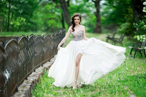 Kostenloses Stock Foto zu brünette, frau, langes kleid, model