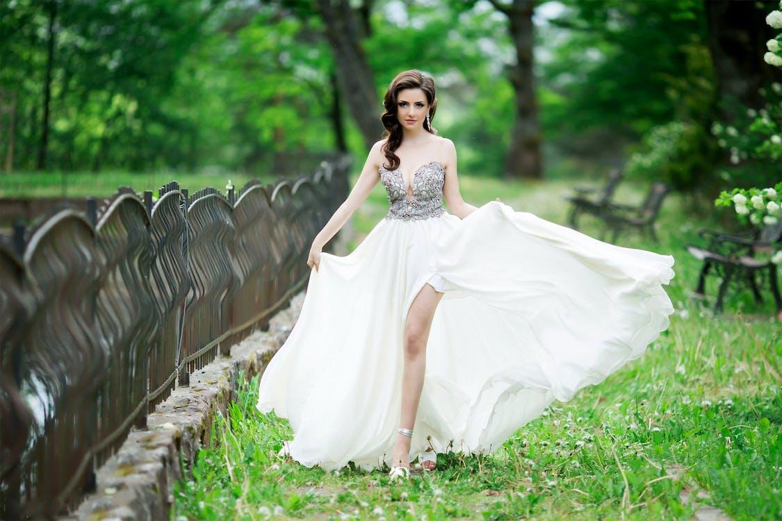 brunetka, długa sukienka, kobieta