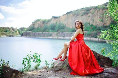 Бесплатное стоковое фото с бальное платье, вода, длинное платье, досуг