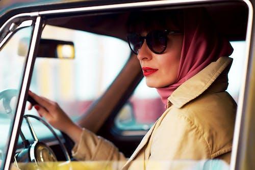 Бесплатное стоковое фото с автомобиль, водитель, головной платок, женщина