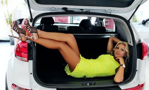 Бесплатное стоковое фото с абстрактное фото, автомобиль, багаж, девочка