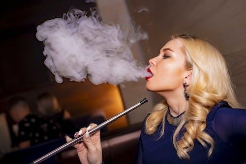 Kostenloses Stock Foto zu mädchen, makeup, rauchen, rauchsucht