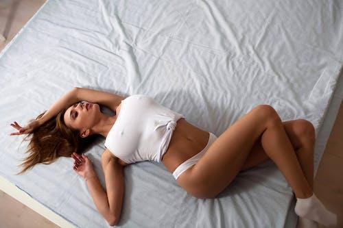 Бесплатное стоковое фото с белье, грудь, девочка, Постельные принадлежности