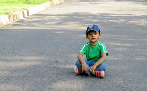 Free stock photo of asian boy, boy, boy sitting on road, cute