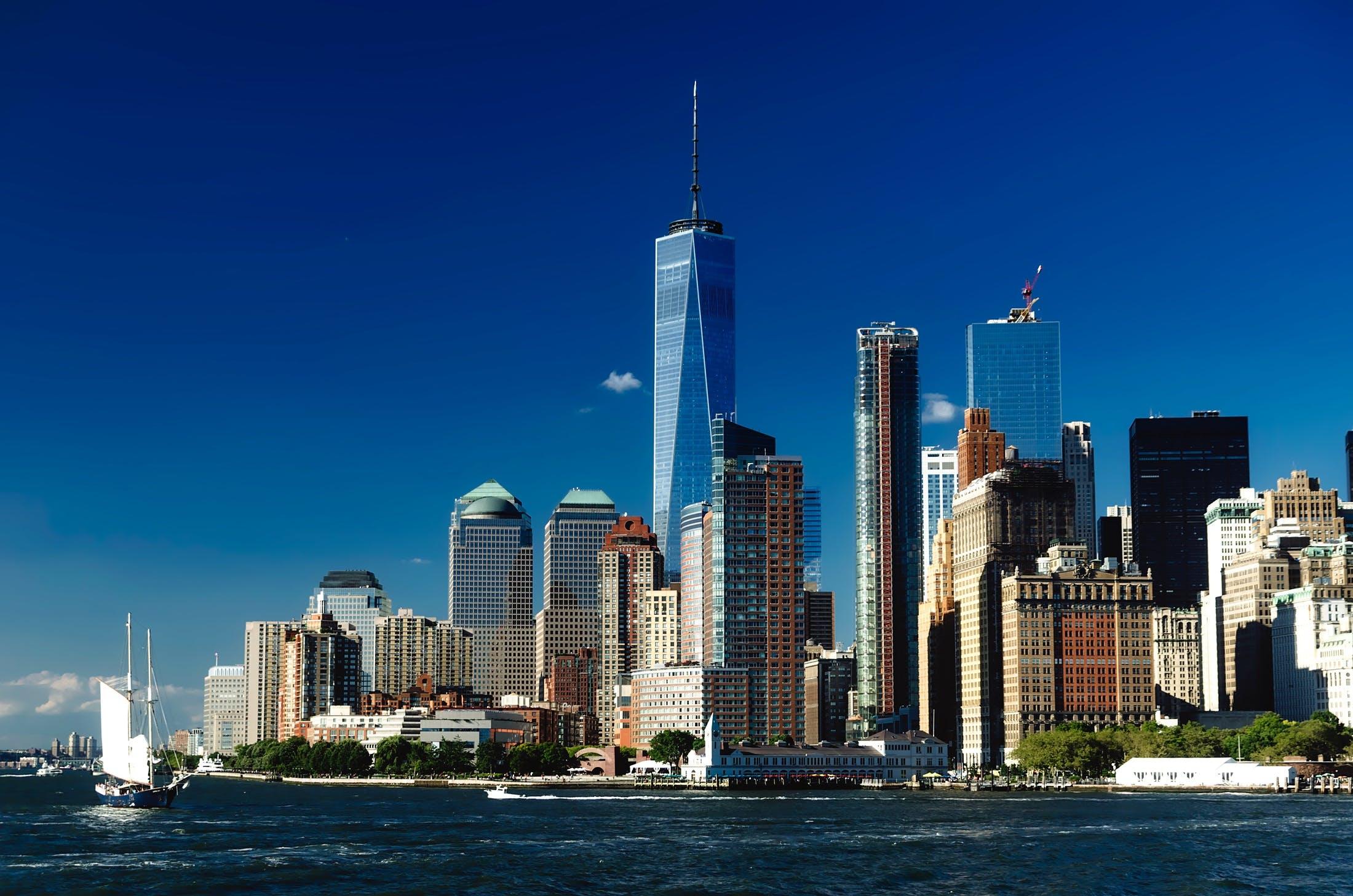 Kostenloses Stock Foto zu architektur, blauer himmel, boot, bucht