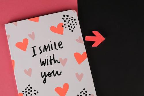 Gratis arkivbilde med jeg smiler med deg, notisbok, pil, rosa og svart