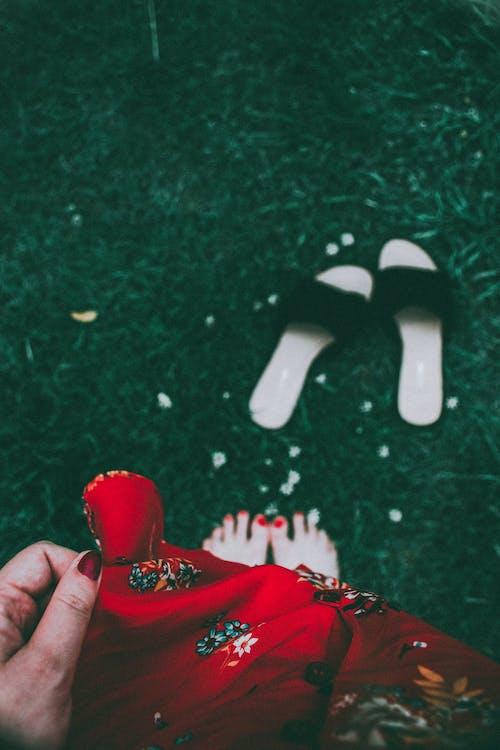 Gratis stockfoto met blootsvoets, blote voeten, buiten, buitenshuis
