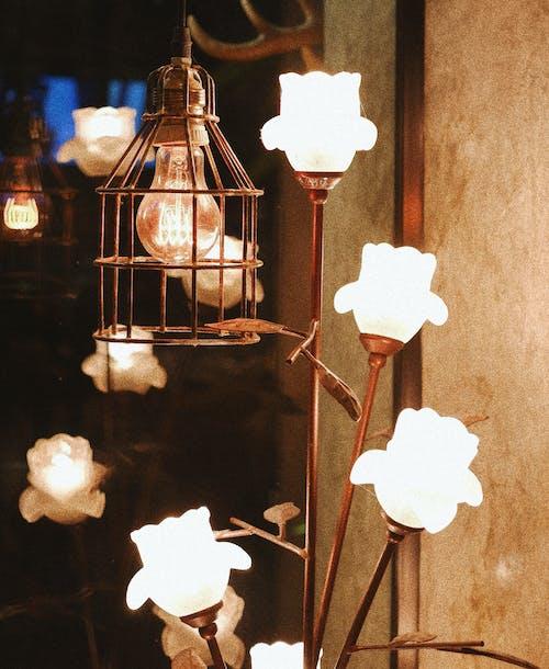 Foto d'estoc gratuïta de flors artificials, làmpada d'escriptori