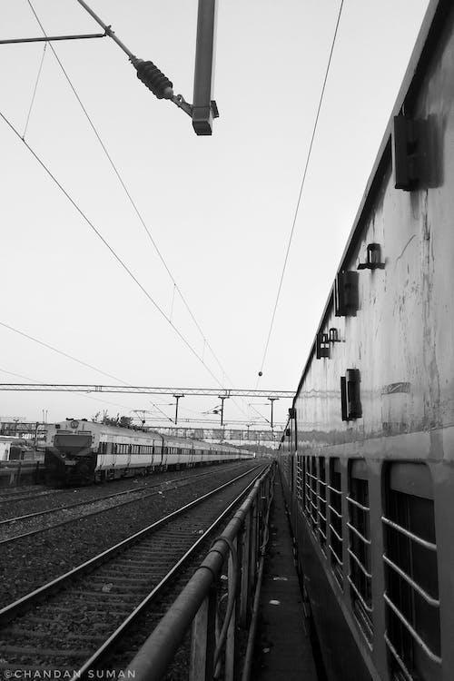 Foto profissional grátis de linhas ferroviárias, P&B, plataforma de trem, plataforma ferroviária