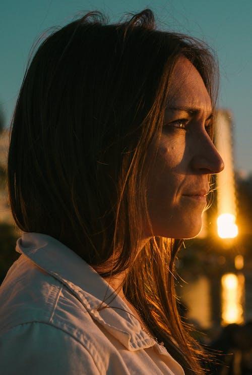 Darmowe zdjęcie z galerii z brązowe włosy, błękitne niebo, kobieta, oczy