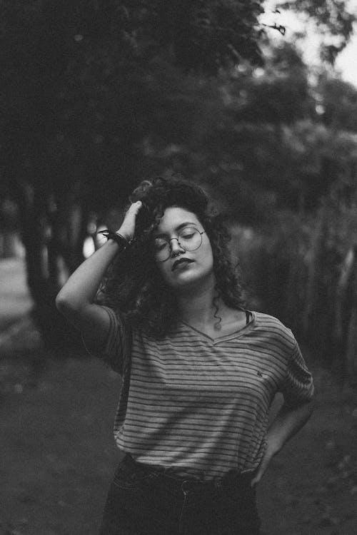 Fotos de stock gratuitas de blanco y negro, desgaste, mujer, persona