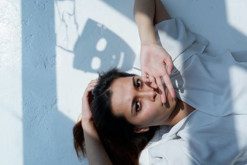Женщина в белом топе