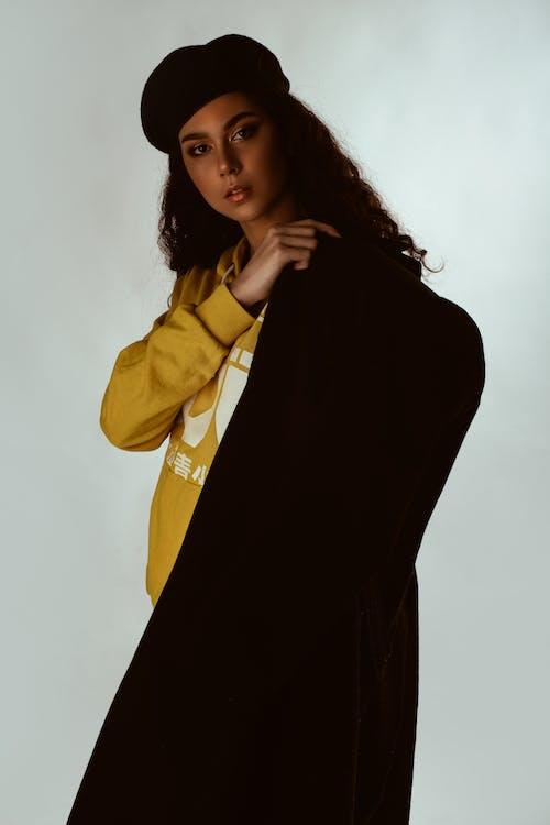 Základová fotografie zdarma na téma baret, bílé pozadí, brunetka, focení