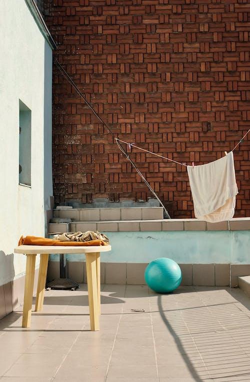 Бесплатное стоковое фото с архитектура, вешать одежду, дом, кирпичная стена