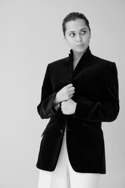 Darmowe zdjęcie z galerii z czarno-biały, formalny, kobieta, moda