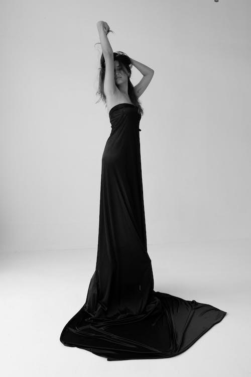 Darmowe zdjęcie z galerii z abstrakcyjny, autoportret, bnw, czarna sukienka