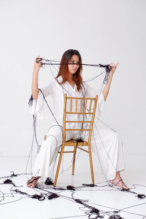 Darmowe zdjęcie z galerii z atrakcyjny, kobieta, krzesło, moda