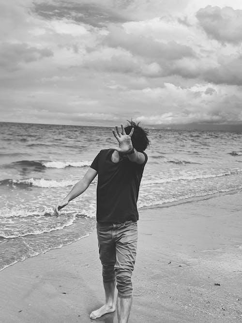 Бесплатное стоковое фото с берег, береговая линия, жест, монохромный