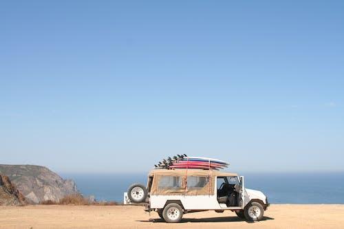 Foto d'estoc gratuïta de a l'aire lliure, aigua, camió, carretera