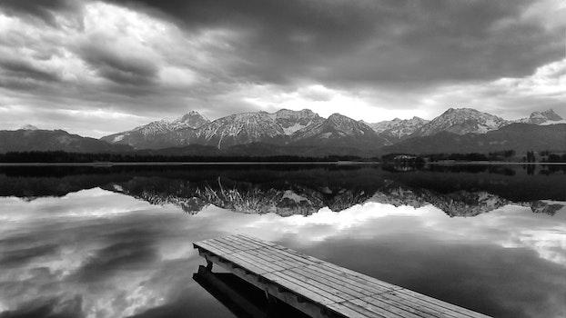 Kostenloses Stock Foto zu meer, schwarz und weiß, dämmerung, landschaft