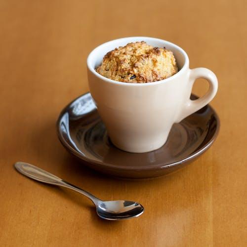 abur cubur, ahşap masa, beyaz çay fincanı, çay kaşığı içeren Ücretsiz stok fotoğraf