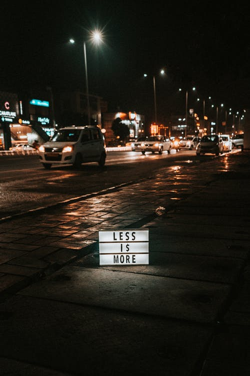 Бесплатное стоковое фото с автомобили, вечер, вывески, дорога