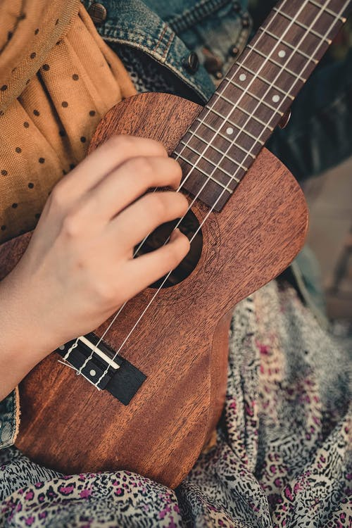 Gratis stockfoto met close-up, gitaar, hand, hout