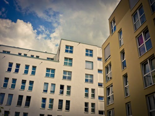 Kostenloses Stock Foto zu apartments, architektur, fenster, froschperspektive