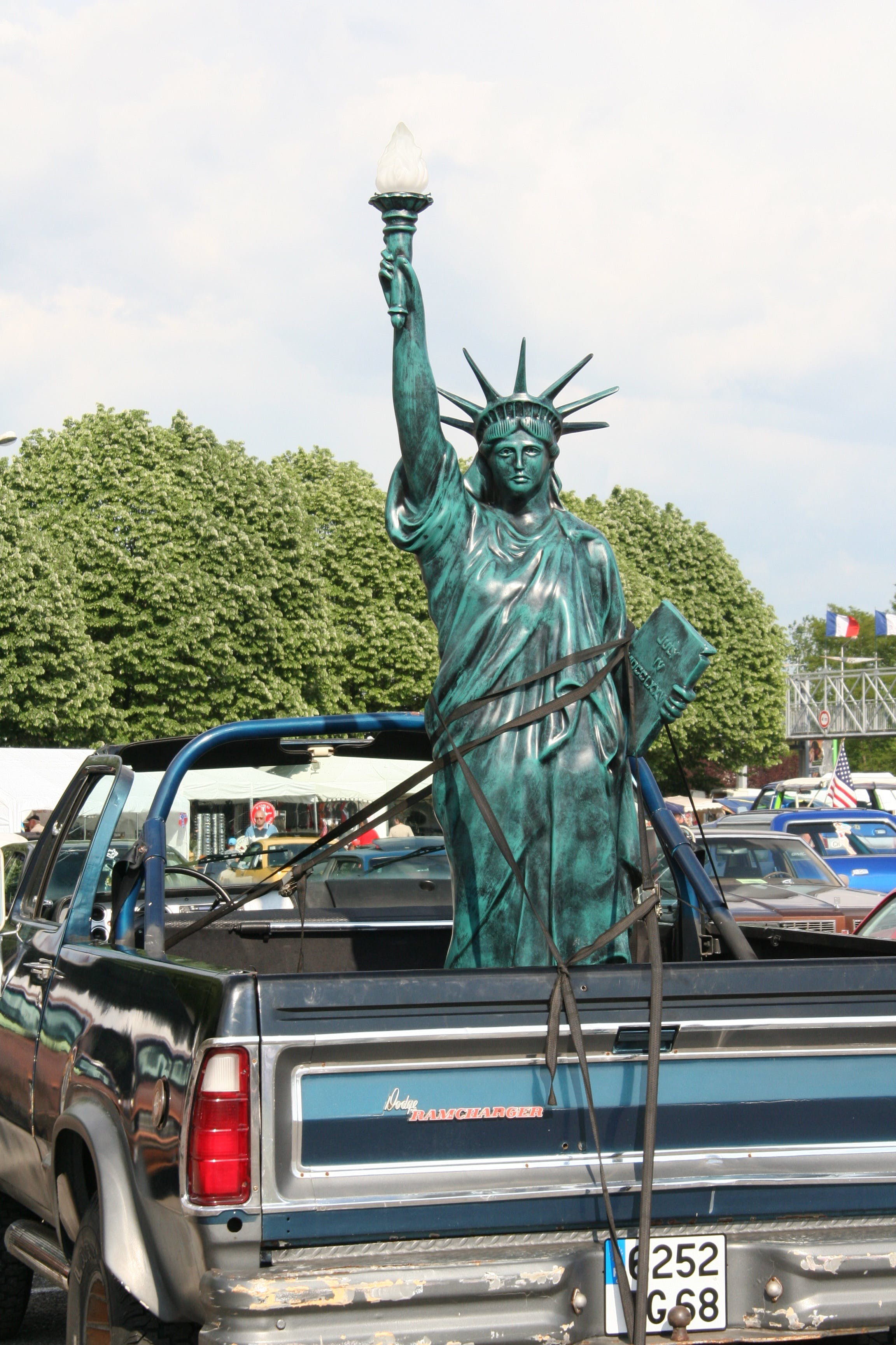 Free stock photo of car, freedom, statue, living room