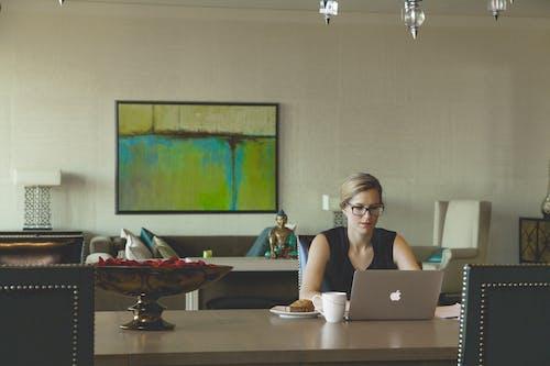 Foto stok gratis apel, bangku, bekerja, bekerja di rumah