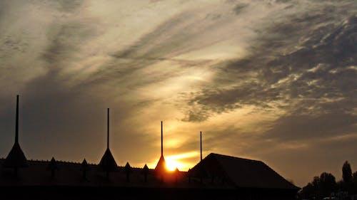 Gratis arkivbilde med bygninger, kveld, solnedgang, tak