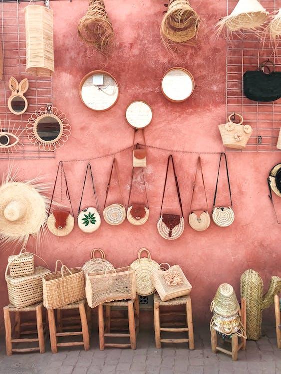 Foto Van Rieten Zakken En Strohoeden Op Een Roze Muur