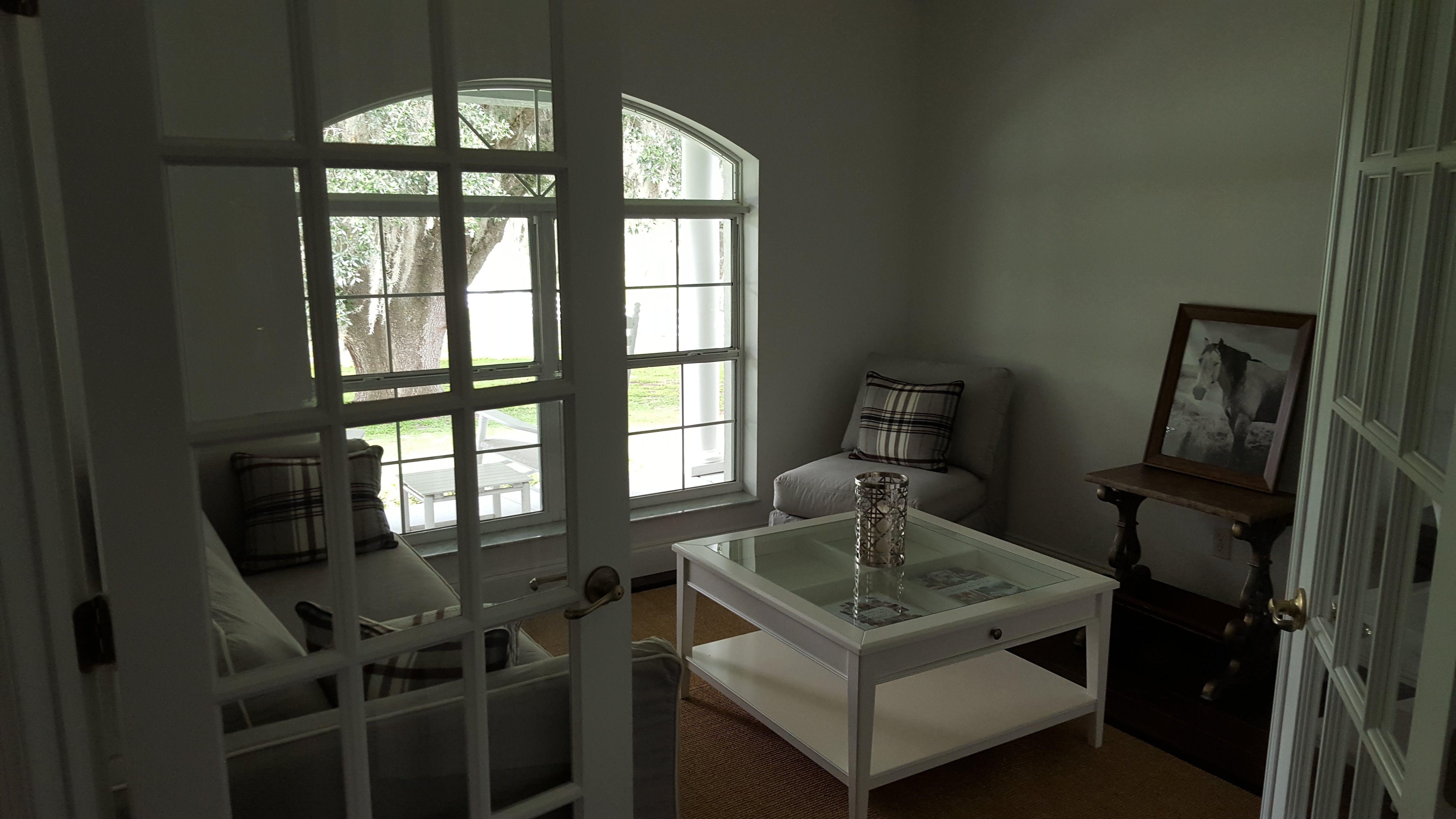 Kostenloses Stock Foto zu architektur, aufgeräumt, boden, couch