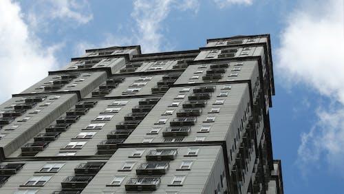 Foto stok gratis Apartemen, Arsitektur, awan, bidikan sudut sempit