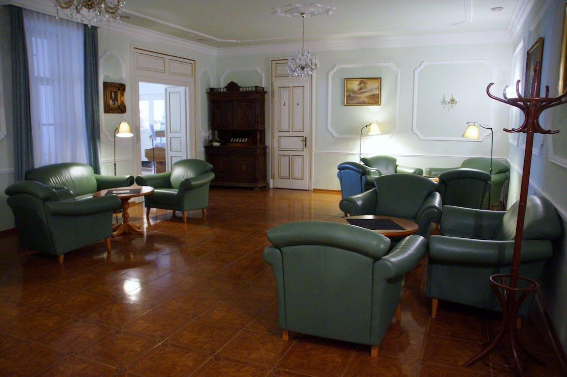 à l'intérieur, canapé, chaises
