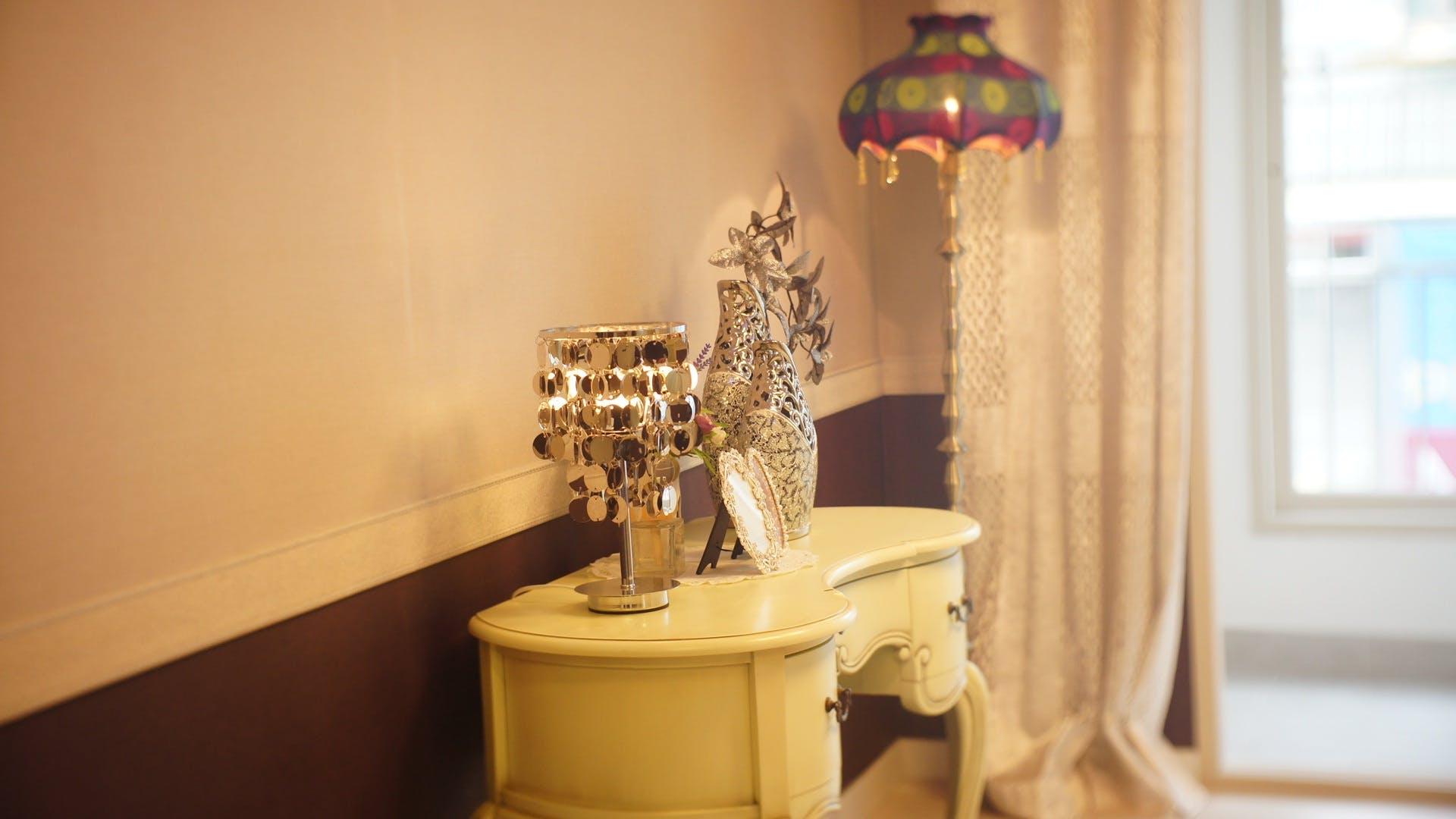 Ảnh lưu trữ miễn phí về ánh sáng, bạc, bàn, căn hộ