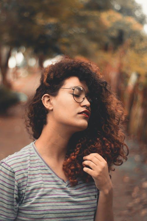 Základová fotografie zdarma na téma brunetka, dioptrické brýle, focení, hloubka ostrosti