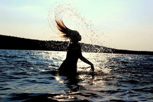 Kostnadsfri bild av brunett, fotografering, fritid, hår som flyger