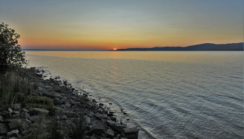 Foto profissional grátis de lago, pôr do sol