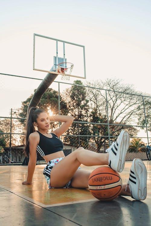 Foto stok gratis atraktif, bergaya, berpose, bola basket