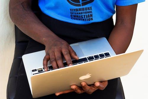 Základová fotografie zdarma na téma ruku na laptop