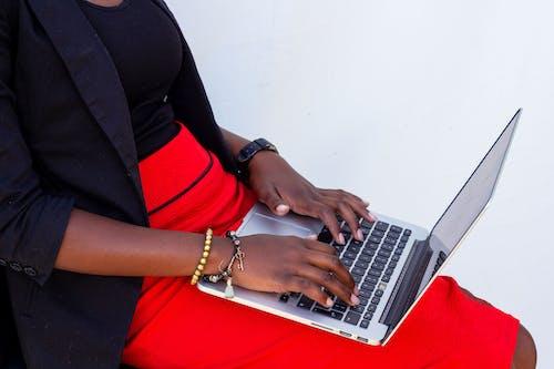Základová fotografie zdarma na téma ruce na klávesnici notebooku