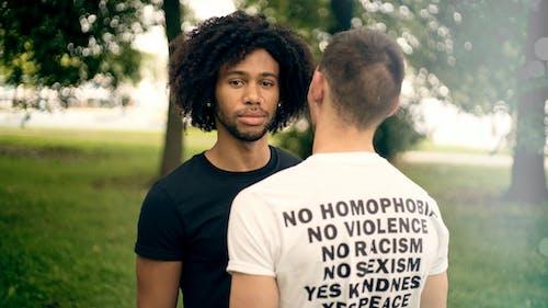 Foto profissional grátis de amizade, amor, ao ar livre, camisa de afirmação