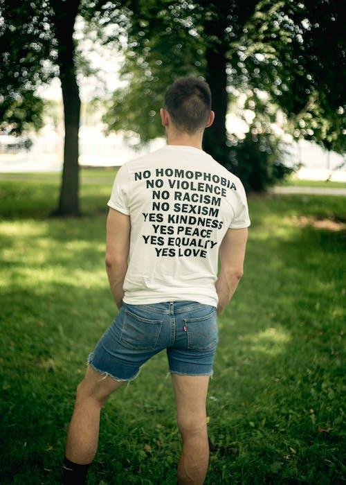 Uomo Che Indossa Camicia Di Dichiarazione