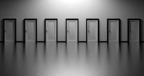 Fotos de stock gratuitas de blanco y negro, opciones, oportunidad, puertas