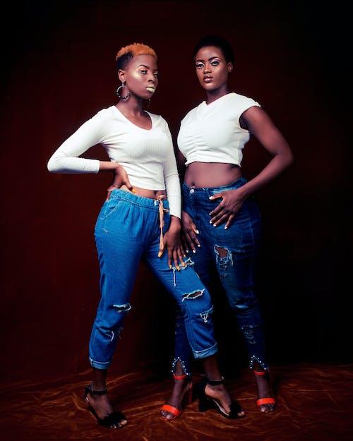 Бесплатное стоковое фото с афро-американские женщины, белый топ, девочки, джинсы