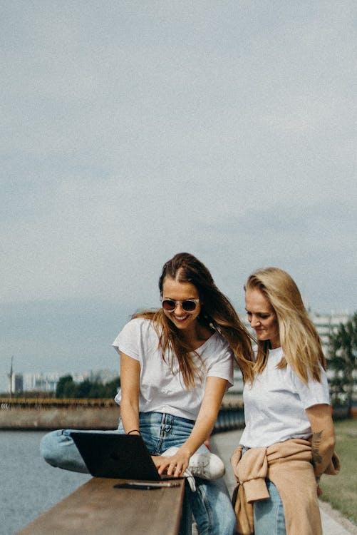 Dwie Kobiety W Białych Koszulach